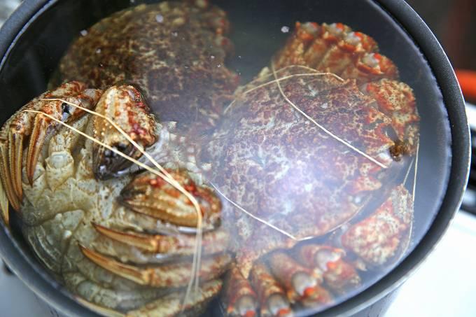 甲羅を下にして茹でているクリガニ